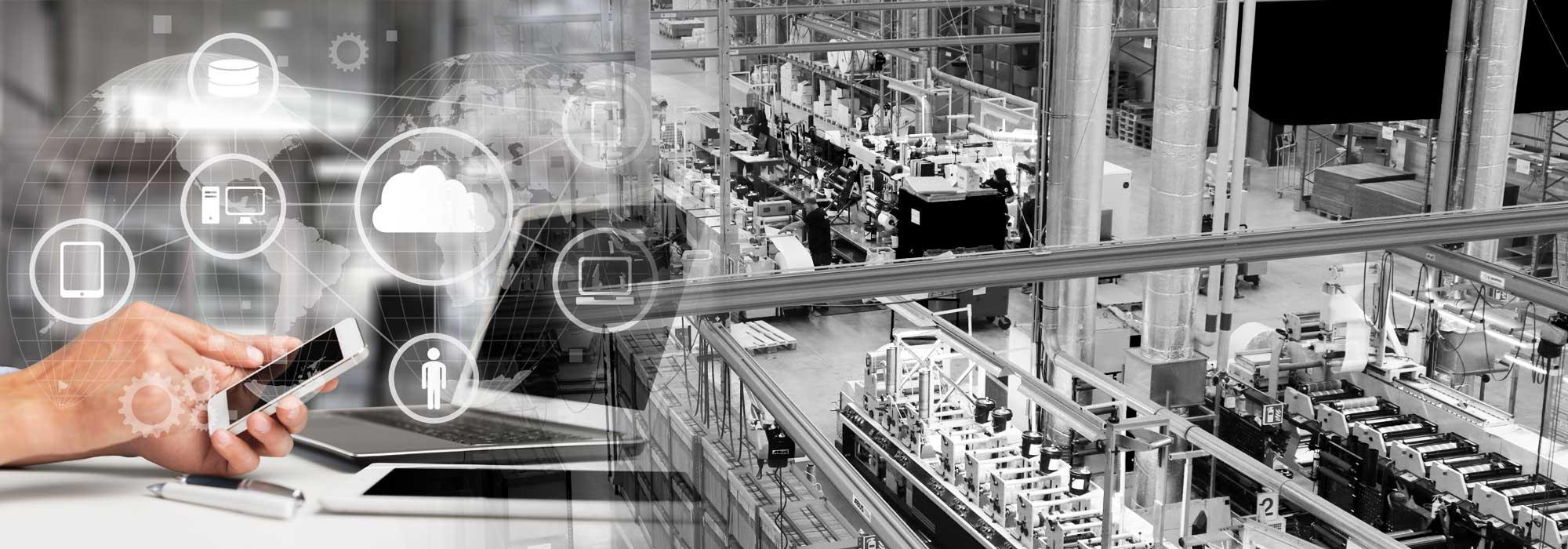 hånd som taster på telefon ved siden av laptop og oversiktsbilde av etikettproduksjon