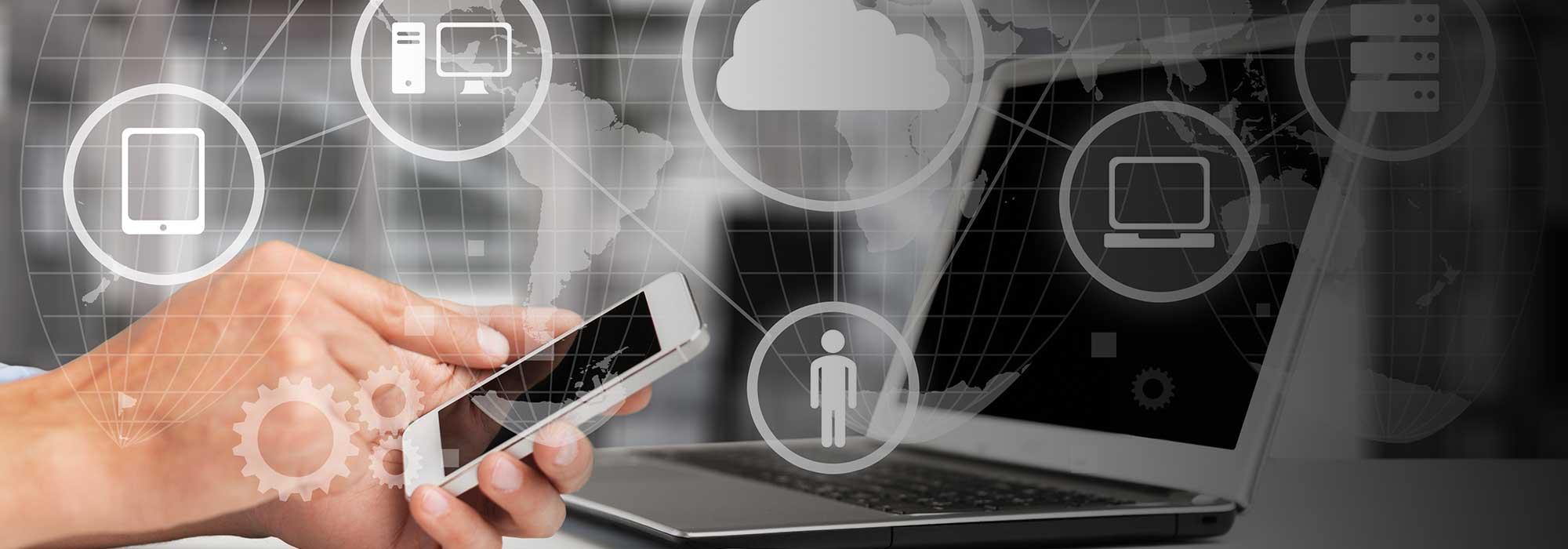 Hender som taster på en telefon ved siden av en laptop og illustrasjoner lagt over bilde