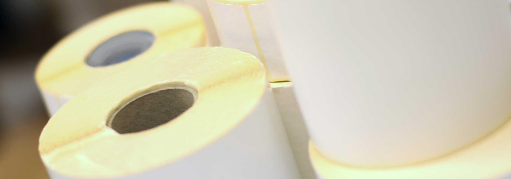 Etikettruller med hvite etiketter uten trykk