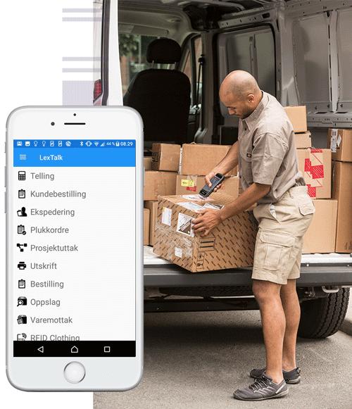 En telefon foran bilde av en mann som skanner en pakke i en varebil