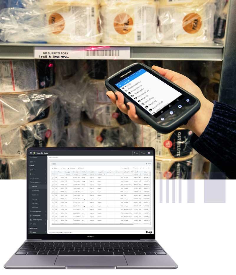 En laptop foran en hånd som skanner en strekkode på en hylle