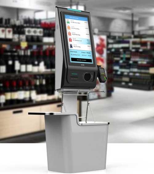 Et selvbetjent kassepunkt foran bilde av hyller med vin