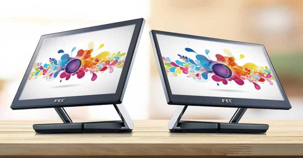 To pc-skjermer som står på et bord