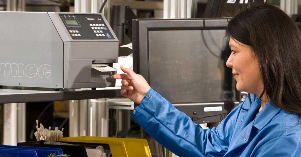 En person som printer ut en etikett