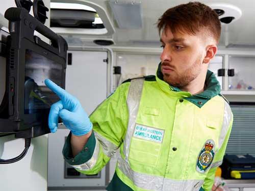 En mann som trykker på en skjerm inne i en ambulanse