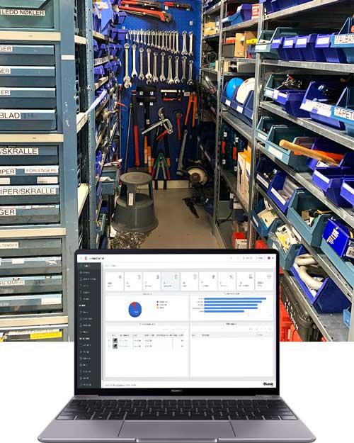 En laptop med skjermbilde foran hyller med verktøy