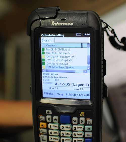 En håndterminal med software på skjermen