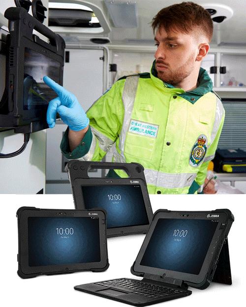 En mann i en ambulanse som taster på en skjerm