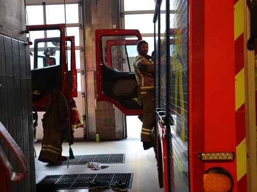 brannmann på vei inn i brannbil