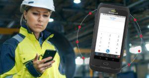 kvinnelig industriarbeider taster på en telefon