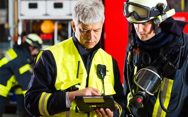 brann og redningsmannskap med tablet