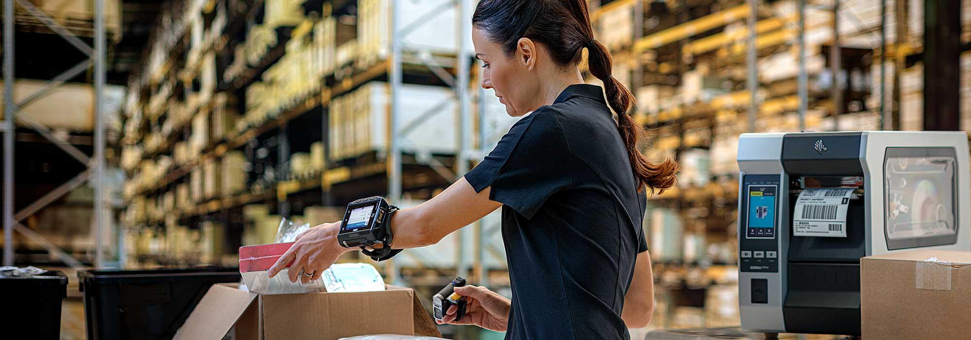 kvinnelig ansatt på lager håndterer varer
